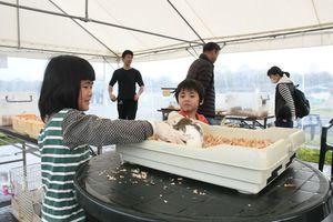 ウサギに触れて楽しむ来場者=吉野ケ里歴史公園の臨時駐車場