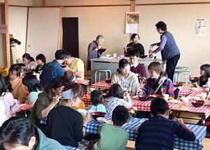 いろんな人でにぎわう「佐志食堂」=11月17日、唐津市佐志浜町の佐志公民館