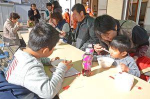 振る舞われたソバを食べる来場者ら=嬉野市塩田町の塩田コミュニティセンター
