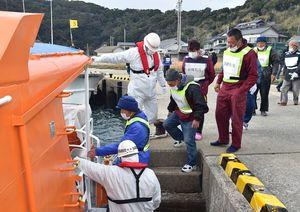 全島民避難訓練で旅客船に乗り込む住民=2日午前、唐津市肥前町向島