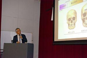 古代骨のDNA研究から弥生人の成立について語る国立科学博物館の篠田謙一副館長=佐賀市のほほえみ館