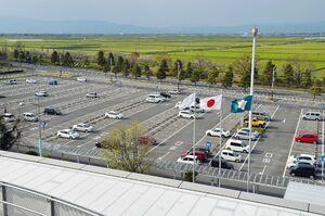 空きスペースが目立つ第1駐車場。以前は連日のように満車だった=佐賀市川副町の佐賀空港