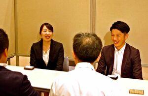 企業の後継者問題など相談を受ける日本M&Aセンターの担当者=佐賀市の佐賀新聞ギャラリー