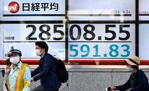 日経平均株価の終値を示すボード=21日午後、東京都中央区