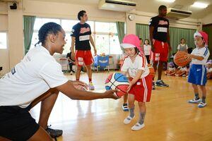 カラツレオブラックスの選手とバスケットボールで交流する園児=唐津市の昭和幼稚園