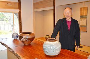 オープンした御茶盌窯記念館で十三代逢庵さんの作品を紹介する十四代中里太郎右衛門さん=唐津市町田