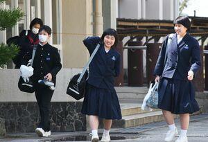 佐賀県立高校入試の一般選抜の全日程を終え、安堵の表情を見せる受験生=神埼市の神埼清明高