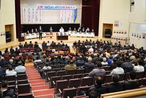 佐賀県知事選で現職の山口陣営が最後に開いた白石町での総決起大会。会場は空席も目立った=14日夜、杵島郡白石町総合センター