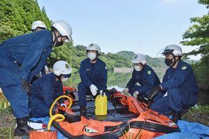 水難救助用のゴムボートの使い方を確かめる小城署員=多久市の天ヶ瀬ダム