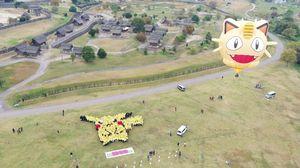 千人で作り上げたピカチュウ。ニャースの巨大気球も打ち上げられた=神埼郡の吉野ケ里歴史公園(佐賀県提供)
