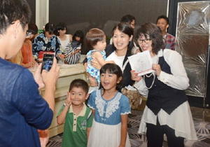 参加者と記念写真を撮るやまぐちさん(右)=佐賀市のザ・ゼニス