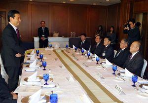意見交換をする山口祥義知事(左)と県内の市長ら=佐賀市のホテルニューオータニ佐賀
