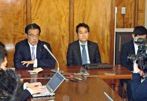 会見で議員が個別に立民会派入りする方針を明らかにした衆院会派「無所属の会」の大串博志幹事長(右)と岡田克也代表=東京・国会内