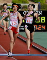 競り合いながらも笑顔でゴールする清和の江口涼香(右)=京都市の西京極陸上競技場