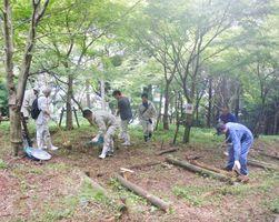ボランティアで柏岳で森林整備活動をするセリタ建設の社員ら=武雄市(同社提供)