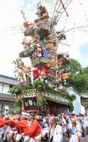 男衆が力を合わせて担ぐ小友祇園祭の巨大山笠=唐津市呼子町小友