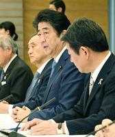 TPP等総合対策本部の会合で発言する安倍首相(中央)=24日午前、首相官邸