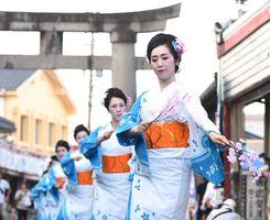 あでやかな舞を披露した日本舞踊藤松会のメンバー=鹿島市古枝の祐徳門前商店街