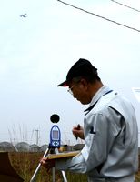 騒音レベルを測定する関係者=佐賀市川副町の西干拓公民館