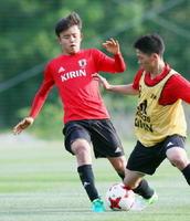 韓国で開催されるW杯を前に、合宿で調整するU―20日本代表の久保(左)=静岡県内