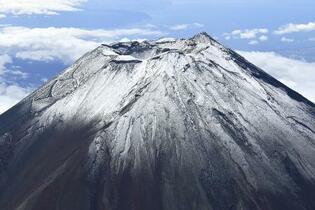 富士山、初冠雪はまだ