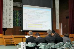 文科省職員がスライドなどを使って「義務教育学校」などについて説明した研究会=多久市の小中一貫校東部校