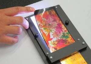 ジャパンディスプレイが開発したプラスチック製のスマートフォン向け液晶パネル