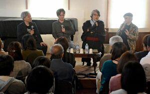 トークを展開する(右から)綾辻行人さん、京極夏彦さん、麻耶雄嵩さん、竹本健治さん=佐賀市の浪漫座