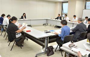 各委員たちが、障害児支援体制の構築などを新たに加えた第5期県障害福祉計画などについて意見を交換した=佐賀県庁