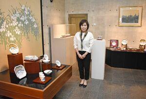 千住博さんの陶芸作品を展示するギャラリーをつくった金子小百合さん=伊万里市大川内町の伊万里陶苑