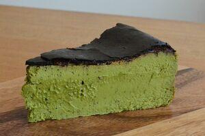焦がした表面の苦味と濃厚な緑茶の風味のマリアージュを楽しみたい