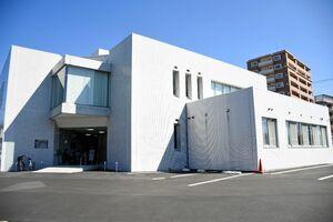 武雄商工会議所の新しい事務所。改装し、駐車場も整備された=武雄市武雄町