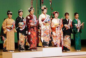 全日本きもの装いコンテスト関東大会で「装いの女王」に輝いた松田優実さん(中央)=昨年12月、東京都昭島市のKOTORIホール(提供写真)