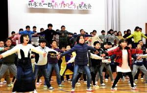 オリジナルソング「エンゼルのほほえみ」のメロディーに合わせて創作ダンスを披露した大坪小4年生=伊万里市大坪町