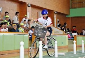 ジグザグ走行に挑戦する児童=佐賀市立体育館