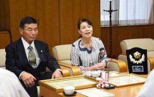 受賞を報告する志津田和己さん(左)とSAPジュニア隊の廣尾千恵子代表=佐賀市の県警本部