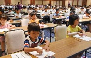 そろばんをはじくように指を動かして暗算する子どもたち=佐賀市のホテル龍登園