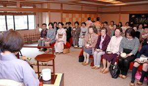 恒例のお茶会で抹茶を楽しむ参加者=武雄市の旅館「東洋館」