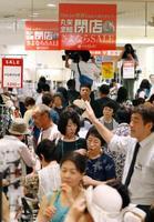 老舗百貨店「丸栄」が閉店の日を迎え、買い物客で混雑する店内=30日午前、名古屋市