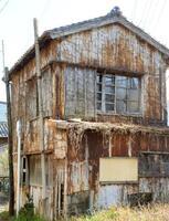 2014年に和歌山県が所有者に撤去、改修を勧告した築50年以上の空き家。その後、県が撤去した=和歌山県那智勝浦町