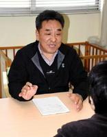 看護師資格を持つ運転適性相談員の北村昌弘さん(奥)。高齢ドライバーや家族の悩みに寄り添っている=佐賀市の運転免許センター