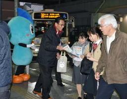 チラシを配り、暴走を許さない安心安全なまちづくりを呼び掛ける関係者ら=JR佐賀駅周辺