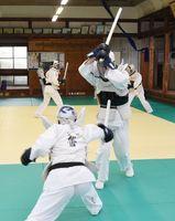 逮捕術の練習をする警察官=佐賀市の県警本部道場