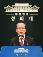 22日、日韓の軍事情報包括保護協定(GSOMIA)について記者会見する韓国大統領府の金有根・国家安保室第1次長=ソウル(共同)