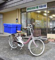 武雄市の女性から電動自転車が寄贈され、配達が楽になった=伊万里市大坪町