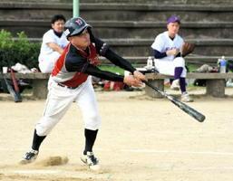 神埼地区代表決定戦・吉野ヶ里ク-西九ブレーブス 3回表吉野ヶ里ク無死二、三塁、2番中島が左中間に適時打を放ち、2-1と逆転する=神埼市の筑後川運動公園