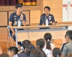 兵庫小の児童からの質問に答える高橋秀人選手(左)と高橋義希選手=佐賀市の同校
