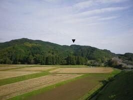 西から見た鏡城跡(▼印部分)。すぐ南を長崎自動車道が通っている=鳥栖市