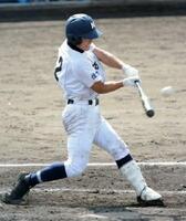 2回戦・有田工―伊万里農林 伊万里農林3回裏1死二、三塁、5番永尾念希が左中間へ適時二塁打を放ち、3―0とリードを広げる=佐賀市の佐賀ブルースタジアム