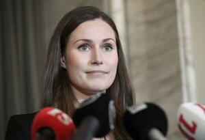 10日、フィンランドの新首相に選出され、メディアの取材に答えるサンナ・マリーン氏=ヘルシンキ(ロイター=共同)